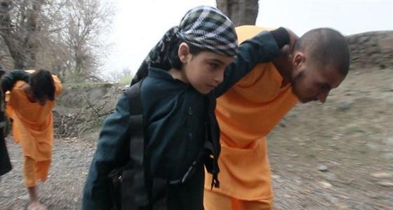 بالصور.. داعش يستخدم طفلين في إعدام شخصين