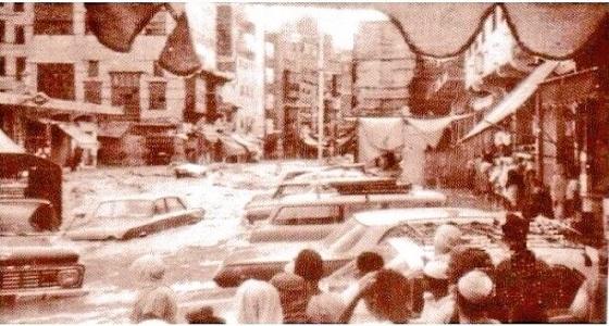 """صورة نادرة لأحد الشوارع القريبة من """" الحرم """" وهي مغمورة بالسيول"""