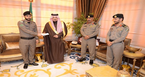 أمير عسير يكرم عددا من ضباط وأفراد مرور المنطقة
