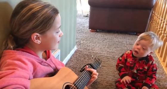 """بالفيديو.. الموسيقى تسحر طفل مصاب بمتلازمة """" داون """""""