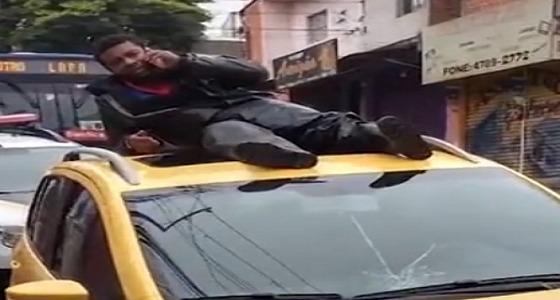 بالفيديو.. مصاب يتصل بالإسعاف فوق سطح السيارة التي صدمته