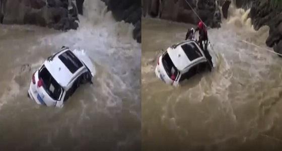 بالفيديو.. إنقاذ سيدة من الغرق بطريقة مثيرة