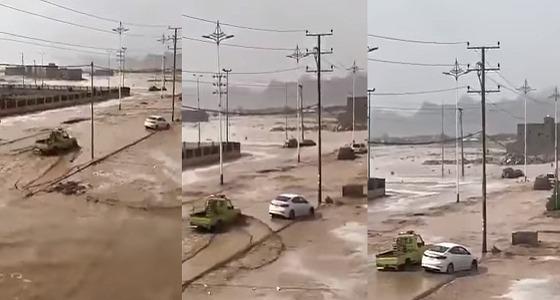 """بالفيديو.. سيول تداهم """" رنية """" .. والحصيني يعلق على الظاهرة"""