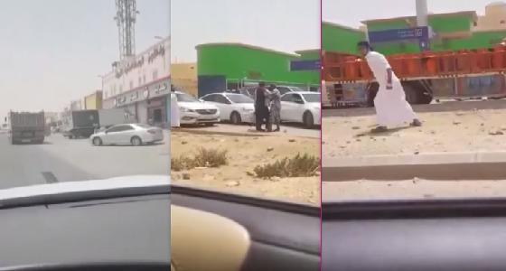 بالفيديو.. مطاردة مثيرة لأشخاص أوقفوا سائق متهور يقل أنابيب غاز