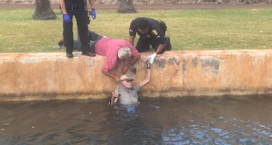 بالفيديو.. لحظة إنقاذ مسن حاول الانتحار داخل قناة مائية