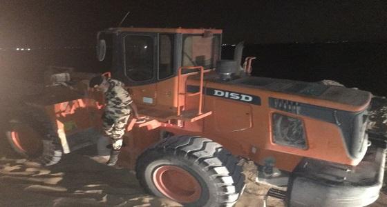 بالصور.. دوريات المجاهدين تضبط شيول و6 شاحنات ينهلون الرمال جنوب طريق الرياض