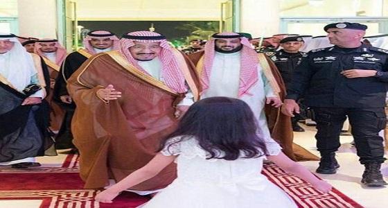 """"""" تالا """" عن صورتها مع خادم الحرمين: أتفاخر بين زميلاتي بسلامي عليه"""