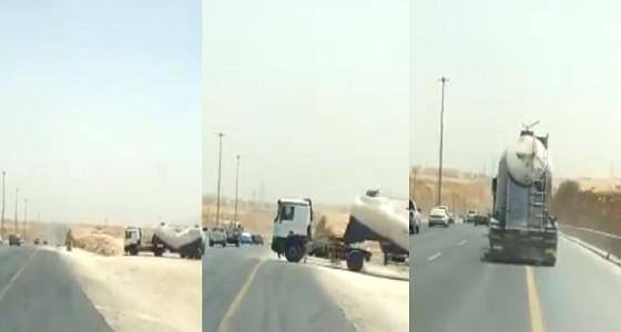 بالفيديو.. تهور قائد شاحنة بإحدى الطرق السريعة بالمملكة