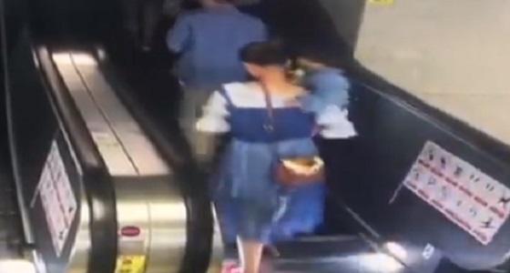 بالفيديو.. لحظة سقوط سيدة وطفلها على سلم كهربائي بالمترو