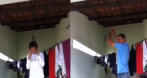 بالفيديو.. مراهقة تحاول الانتحار شنقا