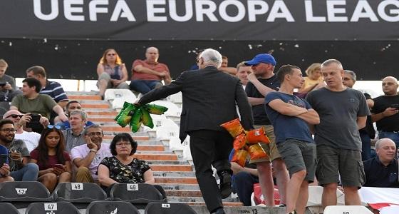 بالصور.. رئيس فريق تشيلسي يوزع رقائق البطاطس على المشجعين