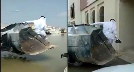 بالفيديو.. القطريون يذهبون للدوام بالشيول بسبب الأمطار