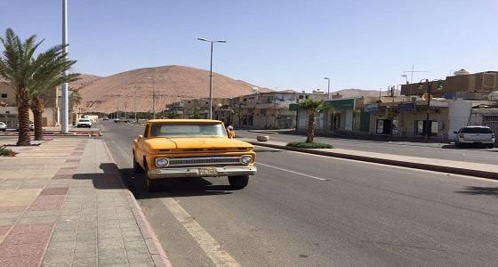 بالصور.. مواطن سبعيني يهوى جمع السيارات القديمة وإصلاحها