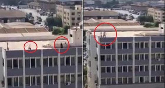 بالفيديو.. تاجر يهدد بالانتحار من أعلى سطح مبنى حكومي