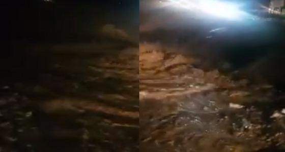 بالفيديو.. السيل يقطع طريق الشاحنات شمال شرق مكة المكرمة