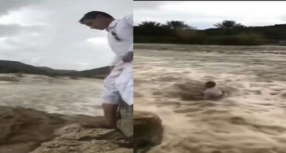بالفيديو.. سيل يجرف شاب بوادي قوقاء في بيشة