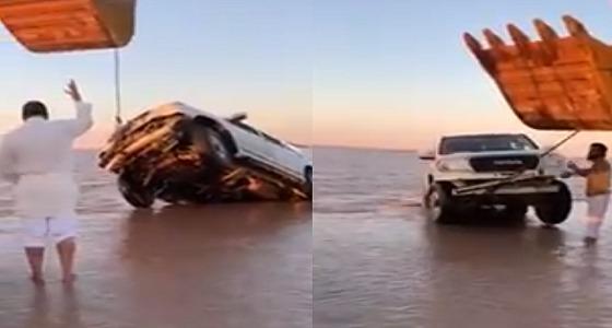 بالفيديو.. مواطنون يستخرجون سياراتهم الغارقة بسيول حفر الباطن
