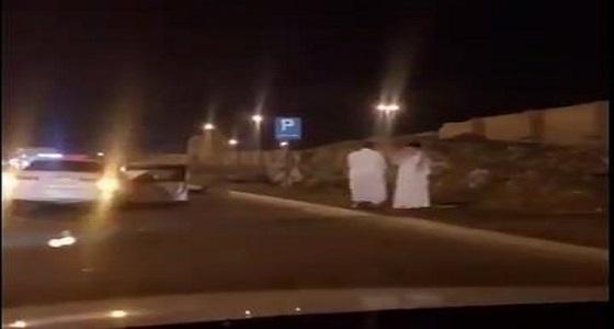 بالفيديو.. تصرف مثير لشابين أثناء انتظارهما للمرور بعد تصادم مركبتيهما