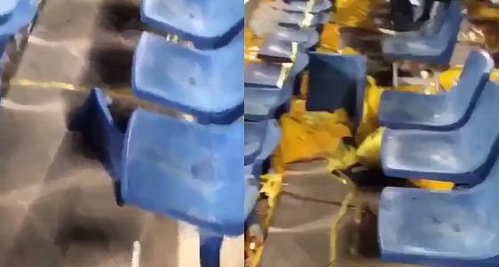 بالفيديو.. سلوكيات تخريبية من الجماهير في ملعب الهلال