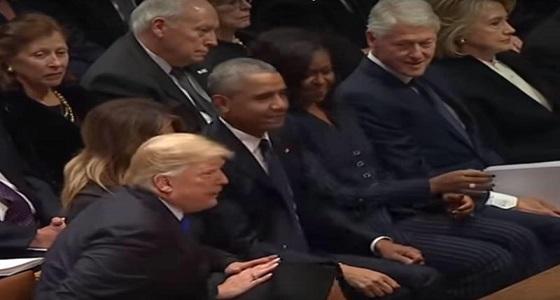 بالفيديو.. ترامب يرفض تحية هيلاري كلينتون ويصافح أوباما في عزاء بوش الأب
