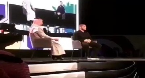 """بالفيديو.. تصفيق الحضور إعجابًا برد الملاكم """" حبيب """" على سؤال امرأة"""