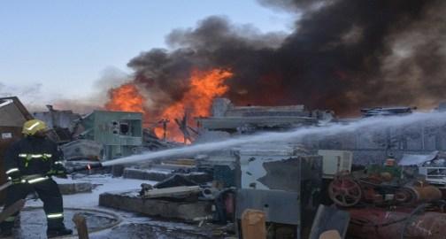 بالصور.. اندلاع حريق في حوش يحوي مواد بترولية بجدة