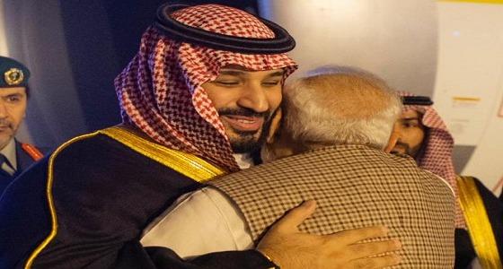 بالفيديو والصور.. رئيس الوزراء الهندي يحتضن ولي العهد بحفاوة فور وصوله