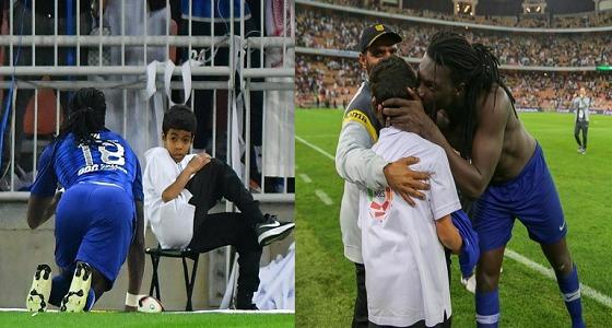 بالفيديو والصور.. احتفالية غوميز بعد الهدف تخيف طفلًا داخل الملعب