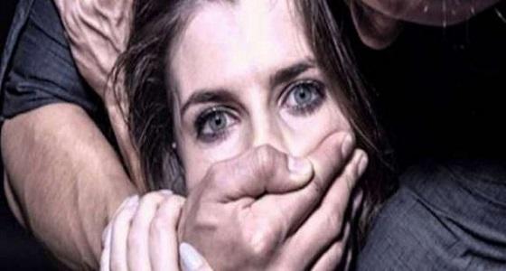 رجل يعاون والده على اغتصاب زوجته