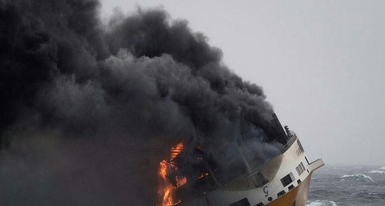 بالفيديو والصور.. لحظة غرق سفينة شحن تحمل 2000 سيارةفي المحيط الأطلسي