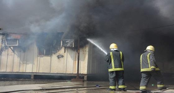 بالصور.. مدني جدة يخمد حريقا في سكن عمال
