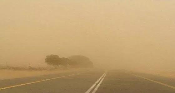 عاصفة ترابية تجتاح طرق المدينة المنورة.. والنقل يحذر