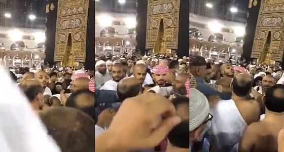 """بالفيديو..ضبط معتمر حاول فتح مقام سيدنا إبراهيم بـ """" مفك """""""