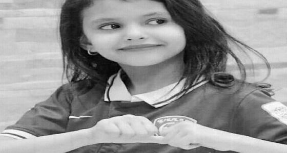 بالفيديو.. لحظة تشييع جثمان الطفلة دانة وتوديع والدها لها