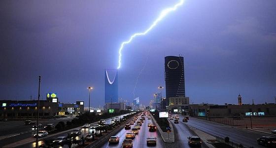 سحب رعدية ممطرة ورياح على الرياض والمدينة