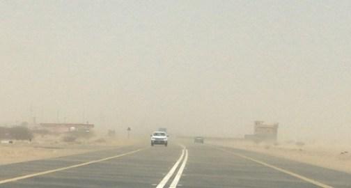 بالصور.. موجة غبار تجتاح القنفذة وتؤثر على الحركة المرورية