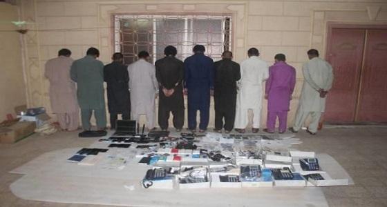 بالصور.. الإطاحة بـ 10 باكستانيين مارسو النصب وانتحلوا صفة موظفي بنوك بنجران