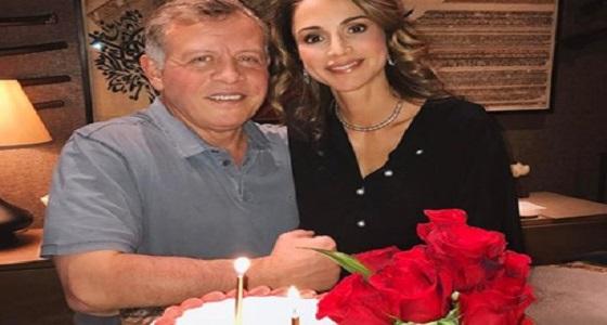 فيديو عفوي للملكة رانيا مع زوجها في القصر الملكي يٌثيير ضجة