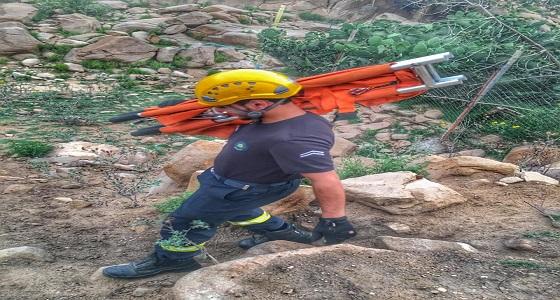 إنقاذ مواطن سقط في منحدر جبلي بمركز الشفا