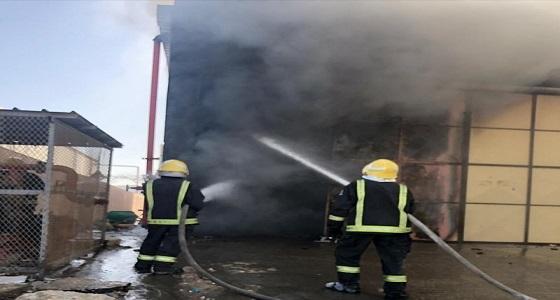 بالصور.. الدفاع المدني يخمد حريقا إندلع في مخزن مفروشات بالدمام