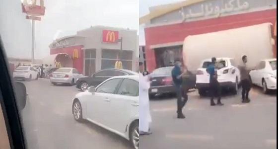 شاهد.. الرياح تحطم عدد من السيارات في ينبع