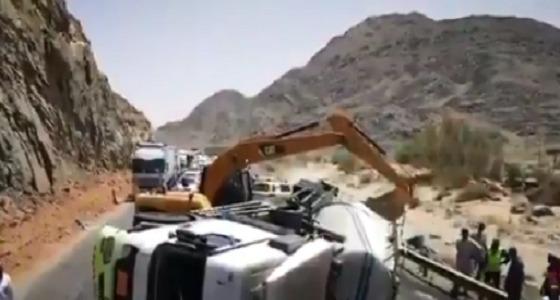 انقلاب شاحنة يغلق الطريق السريع الرابط بين بيشة وخميس مشيط