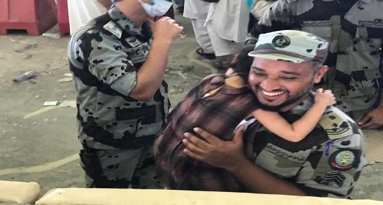بالصور.. قصة رجل الأمن الذي حمل طفلة أثناء رمي الجمرات