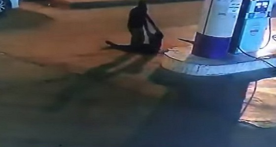 بالفيديو.. القبض على 4 شباب اعتدوا على عامل محطة وقود بالرياض