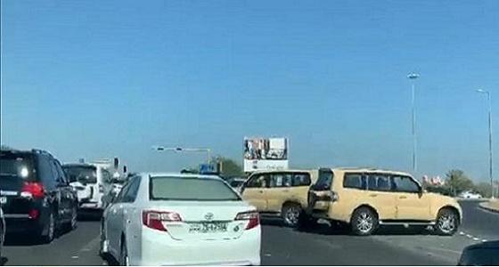 بالفيديو.. الشرطة الكويتية تطارد شاب سرق سيارة تابعة للجيش