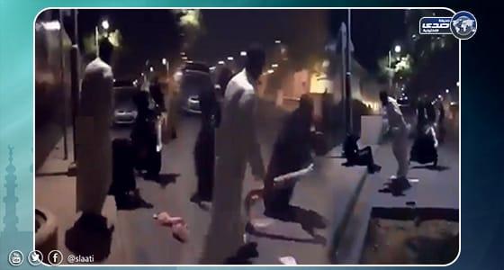بالفيديو.. شاب يعتدي بالضرب على امرأة في الرياض