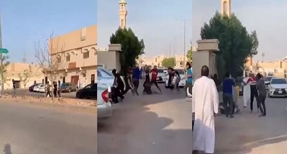 بالفيديو.. مشاجرة عنيفة بالأسلحة بين سوريين في الرياض