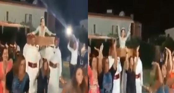 """بالفيديو.. """" عروسان """" يثيران الجدل بارتداء ملابس السباحة بحفل الزفاف"""