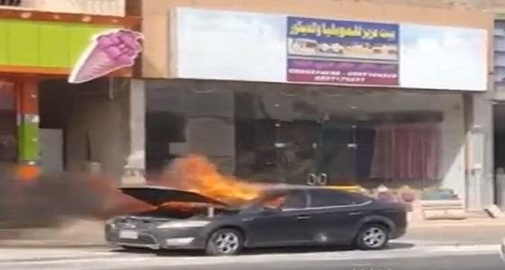 بالفيديو.. اشتعال النيران بسيارة متوقفه بطريق الملك عبدالعزيز في نجران