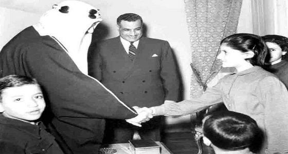 صورة نادرة من زيارة الملك سعود لجمال عبدالناصر في منزله